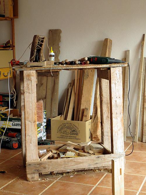 Banco de trabajo de carpintero artesanal en el taller con herramientas