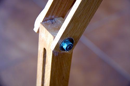 Caballete pintor artesanal detalle tornillo pata delantera