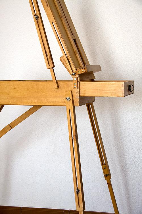 Caballete pintor artesanal detalle lateral patas con cajón abierto