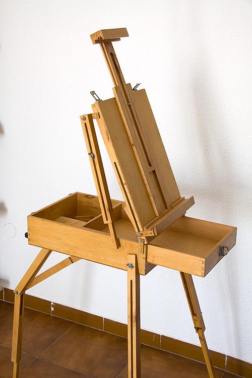 Caballete pintor artesanal lateral desplegado con cajón abierto