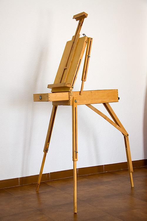 Caballete pintor artesanal desplegado vista completa