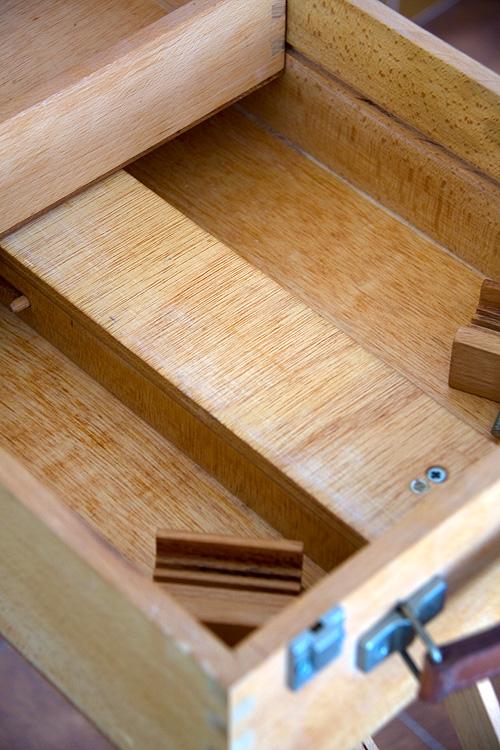Caballete pintor artesanal interior con cajón abierto