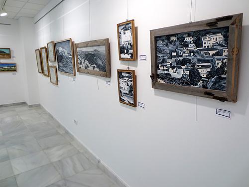 Detalle de óleos en blanco y negro con marcos de madera reciclada