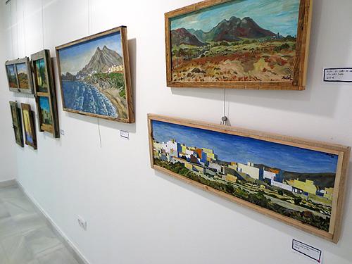 Pared con cuadros de paisajes de Almería con marcos de madera reciclada