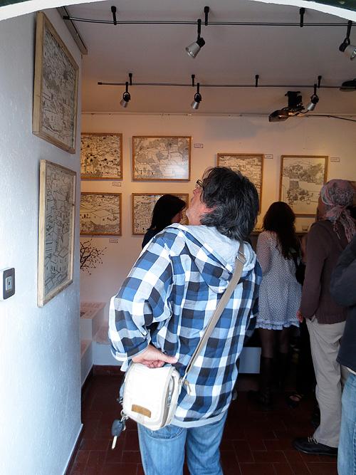 Invitados viendo las obras de tinta china
