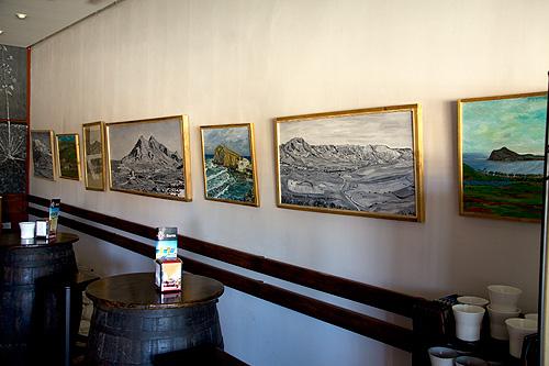 Vista general con pinturas en gran formato