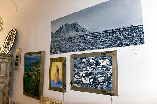 Pinturas enmarcadas con marcos de madera reciclada de ventanas de cortijos