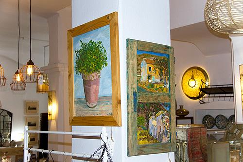 Los cuadros se mezclan con la decoración rústica de esta tienda de Níjar
