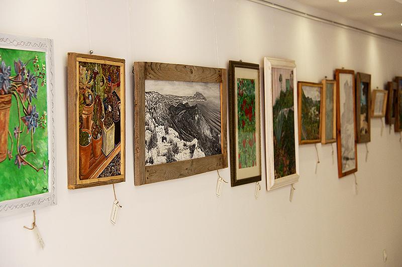 Pinturas y dibujos con marcos de madera reciclada