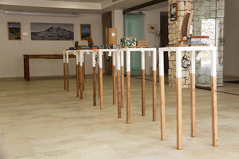 Estantería con lámpara de chumbera y cerámica de Níjar engastada, incensario y cajas pintadas al óleo, todo hecho a mano con madera reciclada