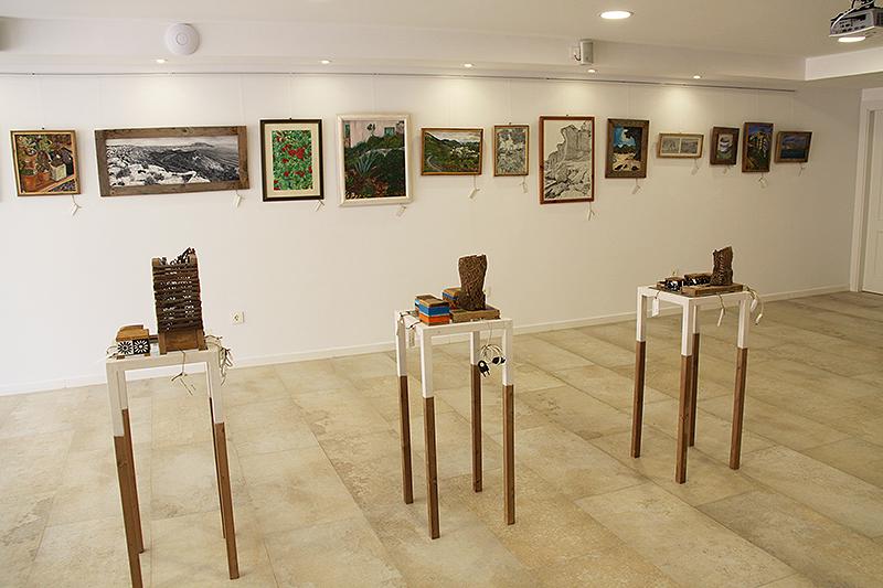 Vista de las 5 estanterías con los objetos de arte de madera reciclada