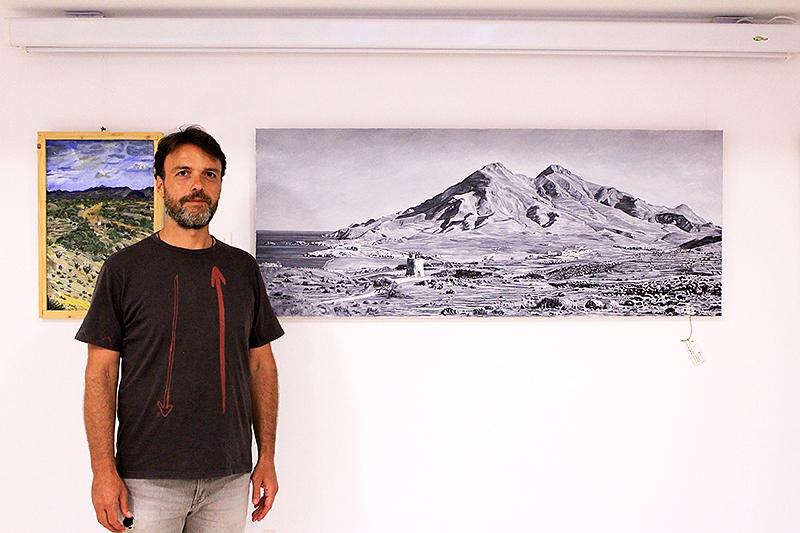Con mi cuadro al óleo en blanco y negro del paisaje de los Escullos de cabo de Gata