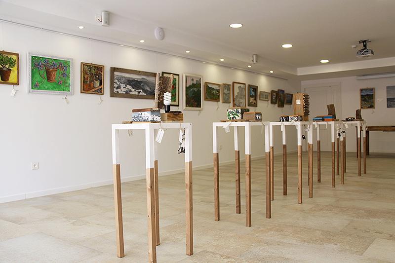 Interior de la Galería de Aguamarga con los objetos de madera reciclada sobre estanterías hechas por mí