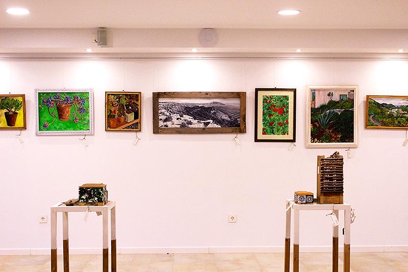 Otra vista del interior de la Galería de Aguamarga con los objetos de madera reciclada sobre estanterías hechas por mí