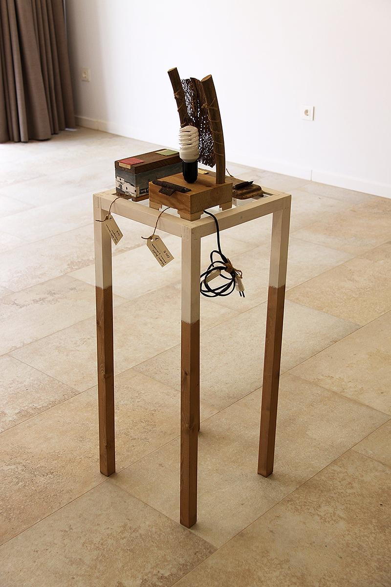 Estantería con lámpara de chumbera y madera de palmera, incensario y caja, todo hecho a mano con madera reciclada