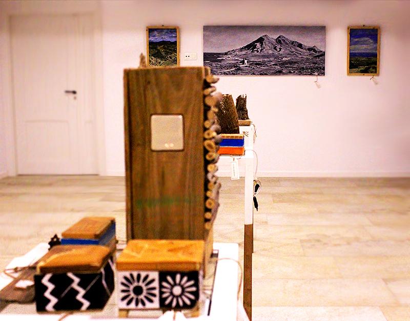 Estantería con cajas con cerámicas de Níjar engastadas en la tapa pintadas al óleo e incensario, todo hecho a mano con madera reciclada