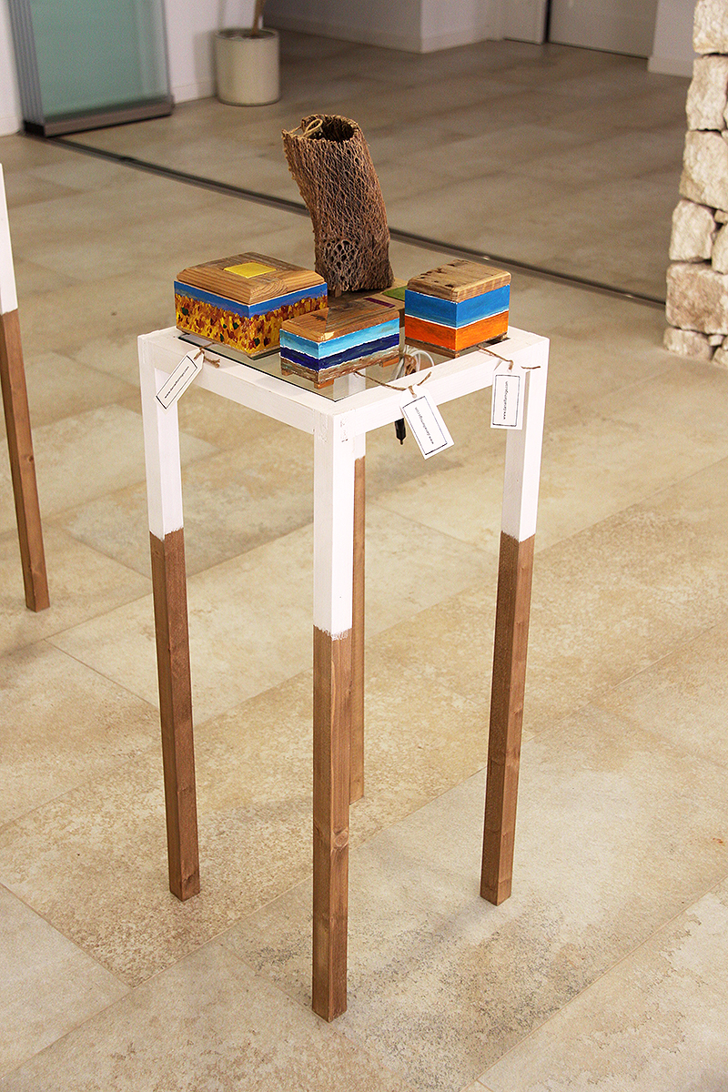 Estantería con cajas con cerámicas de Níjar engastada en la tapa pintadas al óleo y lámpara de fibra de chumbera, todo hecho a mano con madera reciclada
