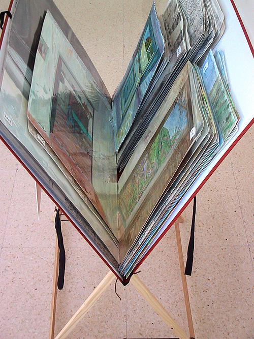 Detalle del trípode con pinturas y dibujos plastificados