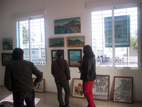El público comentando sobre las obras de arte expuestas