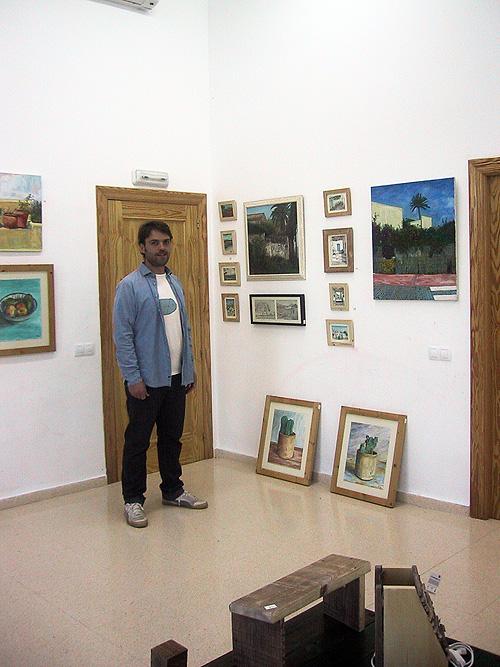 El artista Daniel Formigo junto a sus obras