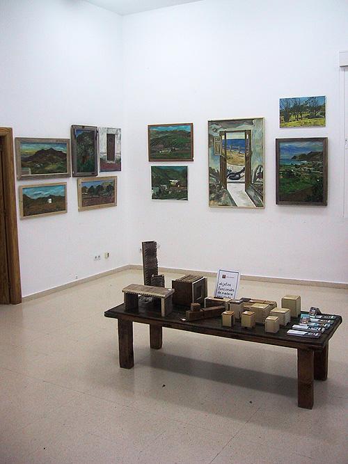 Vista de la exposición con mesa en el centro