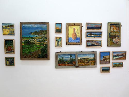 Composición de óleos con marcos de madera reciclada