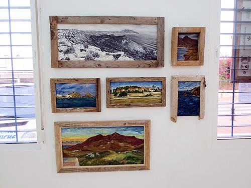 Pinturas con marcos únicos hechos a mano con madera reciclada