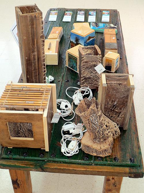 Lámparas hechas con materiales naturales, tales como la fibra de la chumbera o ramas de árbol
