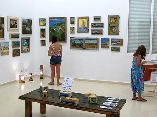 Vista de la exposición con lámparas encendidas