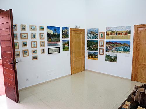 Vista de la exposición con pinturas y dibujos, también en pequeño formato