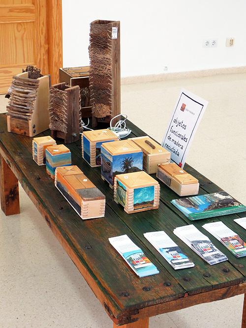 Mesa con los objetos funcionales de madera reciclada