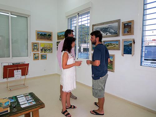 Daniel Formigo atendiendo clientes interesados en las obras