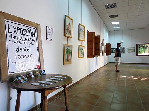 Vista de la entrada con cartel y tarjetas de visita