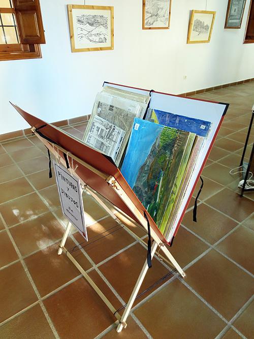 Detalle de carpeta con pinturas y dibujos plastificados