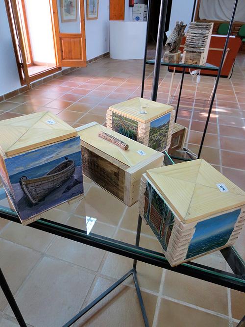 Detalle de cajas con dibujos al óleo