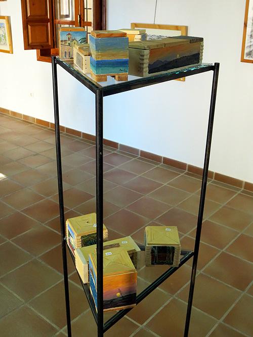 Estantería con cajas pintadas al óleo con motivos del Cabo de Gata