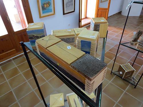 Cajas hechas con materiales naturales reciclados