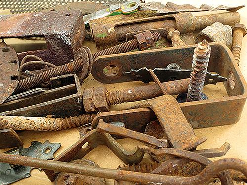 Piezas y restos reciclados de metales